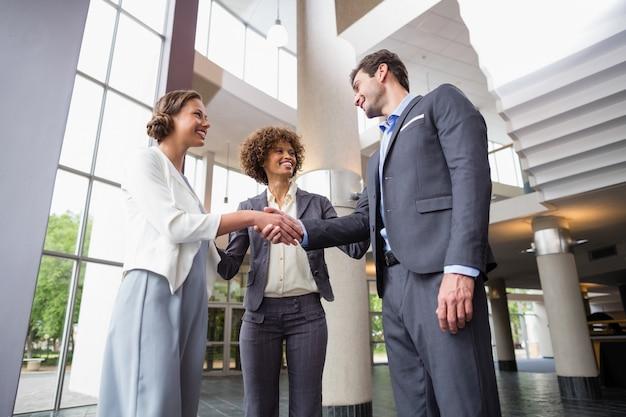 Dirigeants d'entreprises se serrant la main
