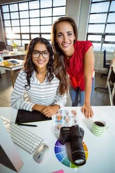Dirigeants d'entreprises souriant au bureau