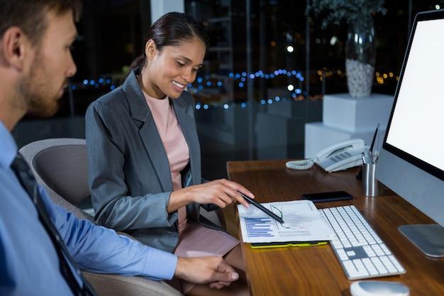 Dirigeants d'entreprises travaillant sur ordinateur avec tablette graphique
