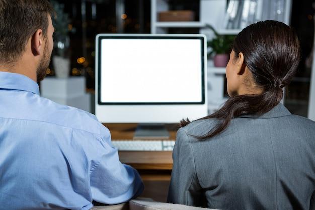 Dirigeants d'entreprises travaillant sur ordinateur