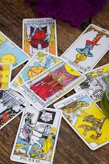Disant de bonne aventure avec l'un des jeux de tarot occultes les plus populaires datant de 1910