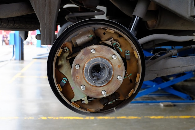 Disc break sur la voiture en cours de remplacement