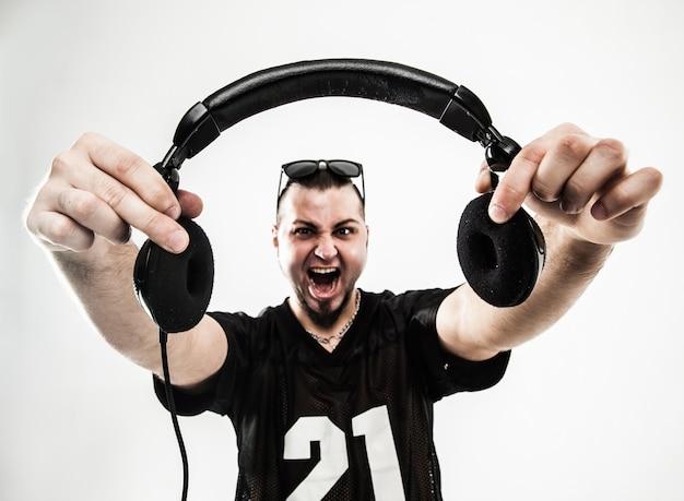 Disc-jockey charismatique avec des écouteurs au premier plan.