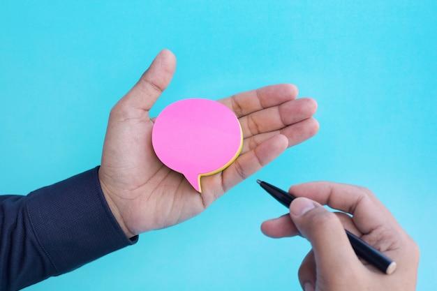 Discours bulle papier à lettres sur la main des hommes. idées de concepts commerciaux et de créativité. brainstorming et communication