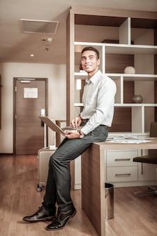 Discours de fin. homme d'affaires finissant son discours pour une réunion tout en étant dans la chambre d'hôtel
