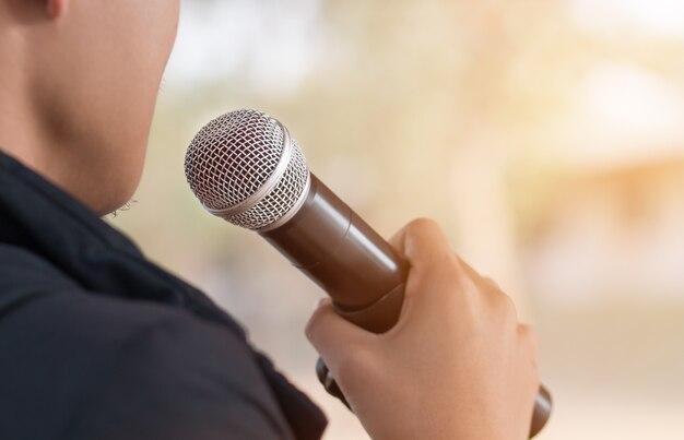 Discours d'homme d'affaires intelligent parlant avec des microphones dans la conférence de discussion de salle de séminaire