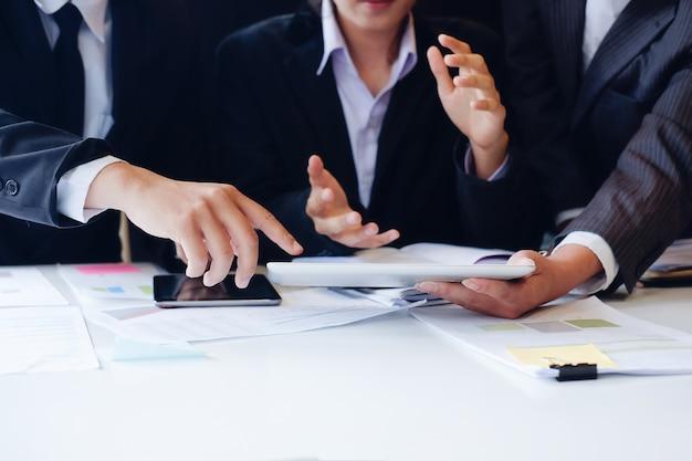 Discussion d'affaires et réunion avec gros plan sur le lieu de travail.