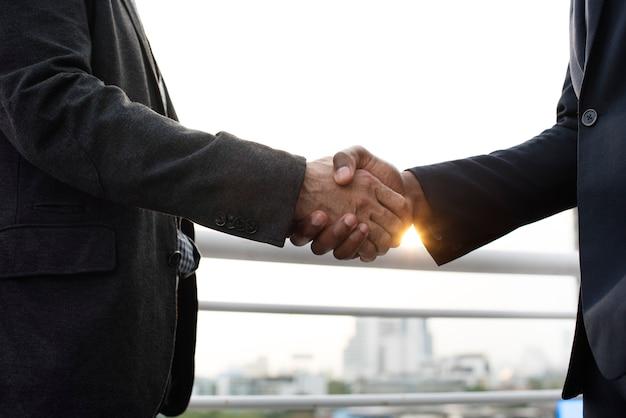 Discussion d'affaires talking deal concept