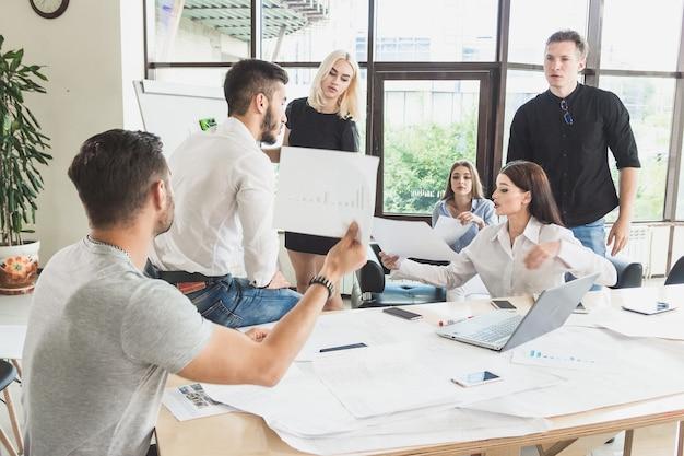 Discussion animée houleuse sur une décision de projet lutte pour le leadership