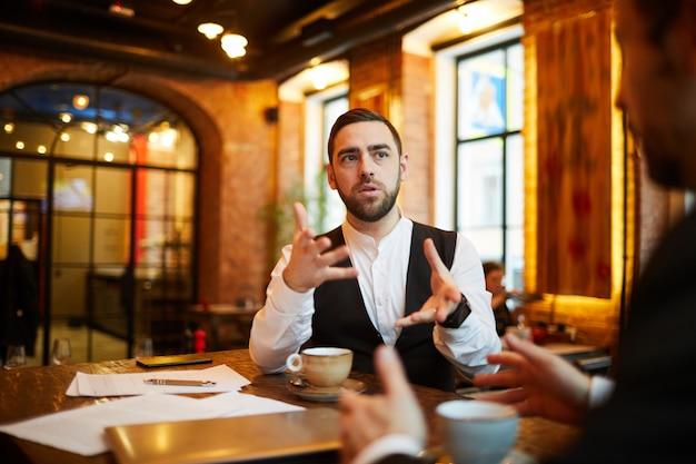 Discussion au restaurant