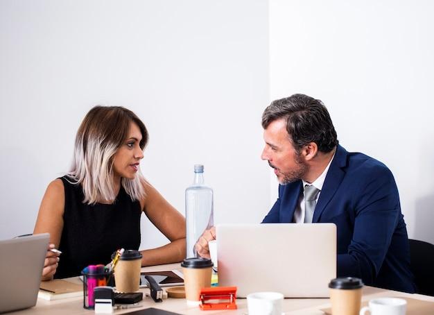 Discussion des collègues vue de face au bureau