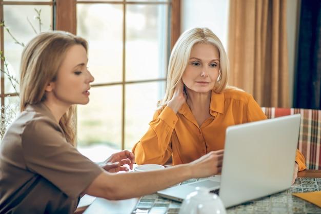 Discussion. deux femmes parlant et discutant de quelque chose alors qu'elles étaient assises à table dans un café