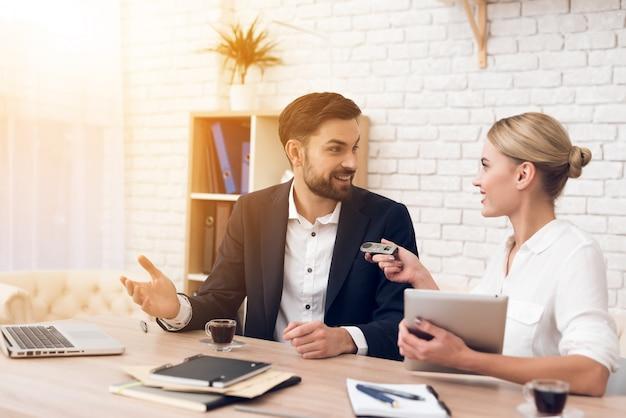 Discussion entre personnes dans un podcast sur les affaires.