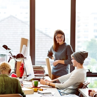 Discussion d'équipe sur le concept de démarrage de brainstorming