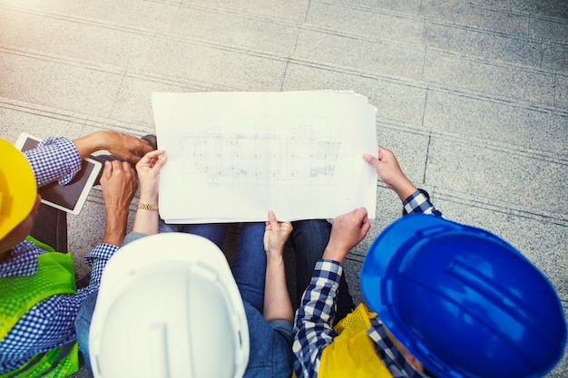 Discussion de l'équipe d'ingénierie sur le plan sur le plan directeur sur le site de la ville.