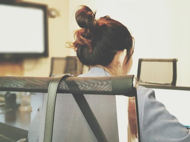Discussion de femme d'affaires asiatiques avec l'équipe et le travail par ordinateur portable ou ordinateur portable