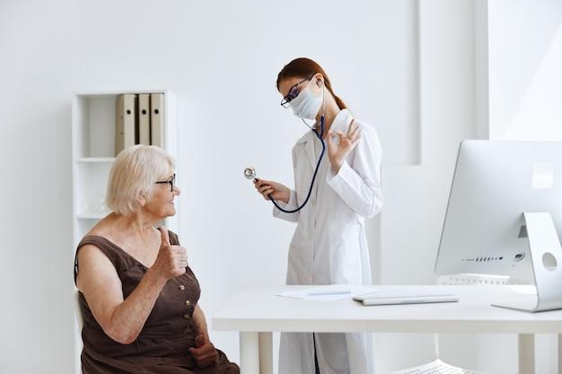 Discussion de femme médecin avec les soins de santé du patient. photo de haute qualité