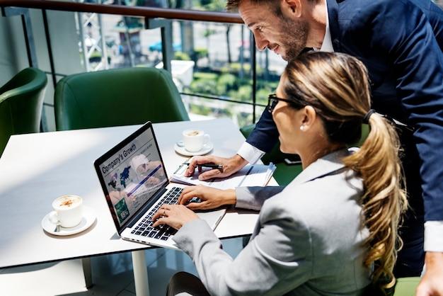 Discussion de gens d'affaires concept de réussite de croissance ordinateur portable