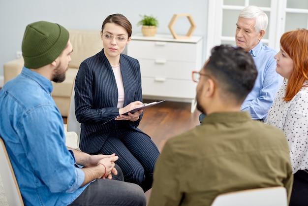 Discussion de problèmes lors d'une séance de thérapie de groupe