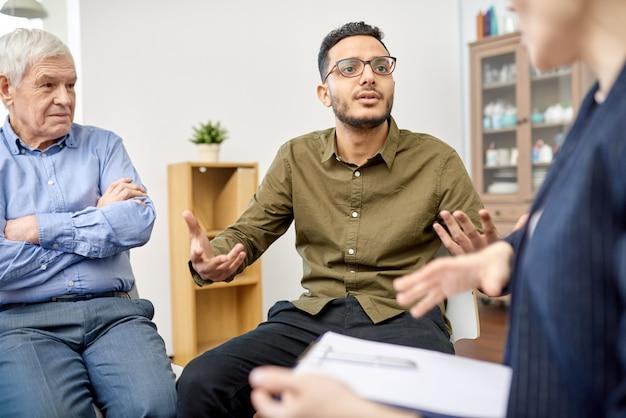 Discussion de problèmes productifs lors d'une séance de thérapie de groupe