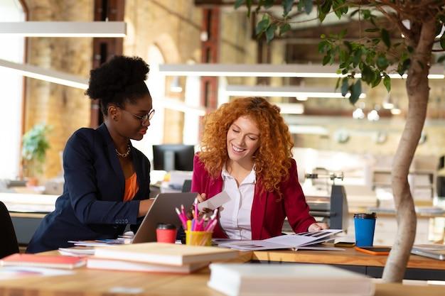 Discussion de projet. deux architectes d'intérieur professionnels intelligents assis à la table et discutant du projet