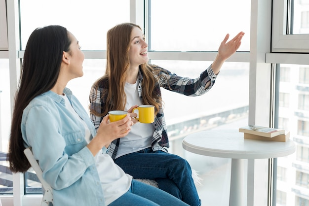 Discuter avec des amis pour une tasse de thé