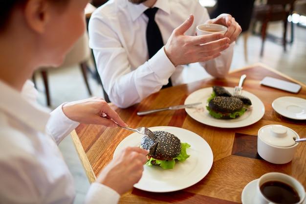 Discuter avec une collègue au déjeuner