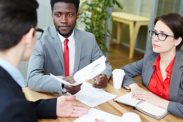 Discuter des documents financiers