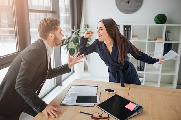 Discuter entre jeune homme et femme