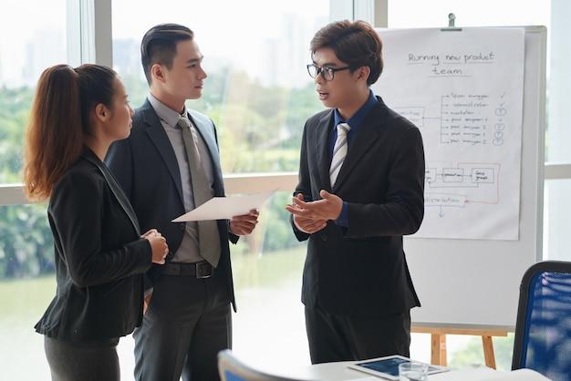 Discuter des idées avec des collègues