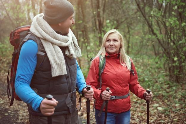 Discuter lors d'une randonnée en forêt