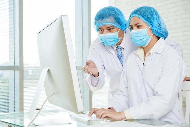 Discuter des méthodes de traitement avec une collègue