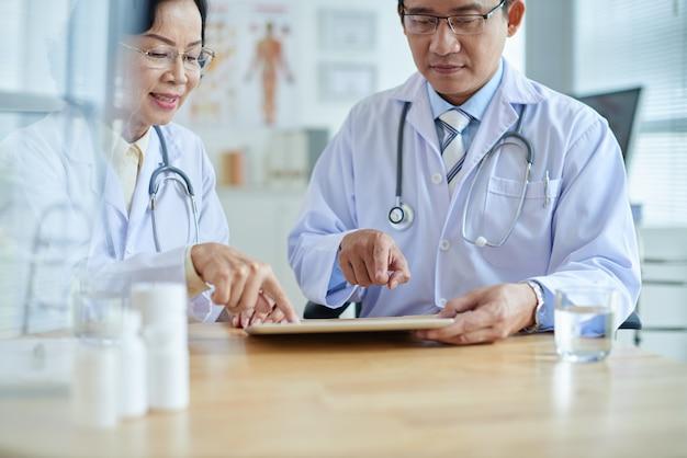 Discuter des options de traitement avec un collègue