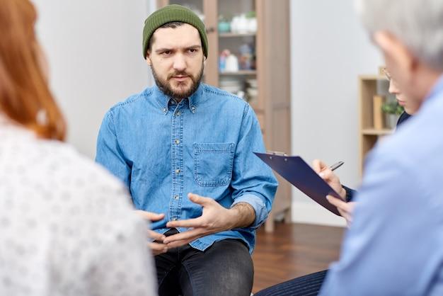 Discuter de phobie lors d'une séance de thérapie de groupe