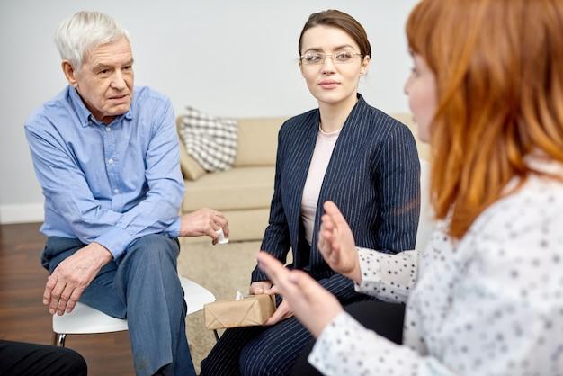 Discuter des problèmes lors d'une séance de thérapie de groupe