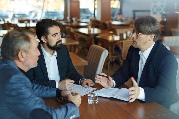 Discuter des termes et conditions avec les partenaires commerciaux