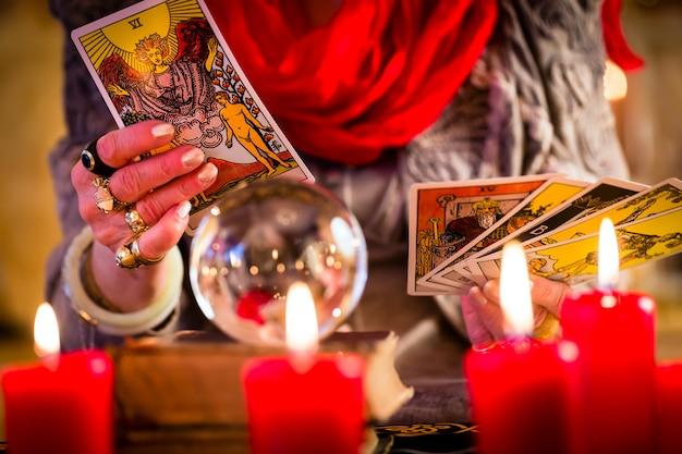 Diseur de bonne aventure pendant la session avec des cartes de tarot