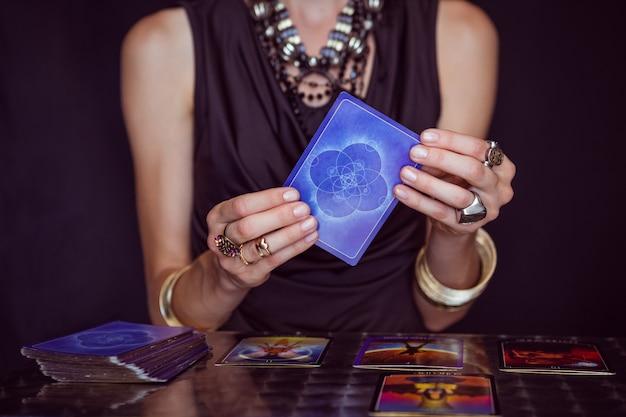 Un diseur de bonne aventure prévoyant l'avenir avec des cartes de tarot