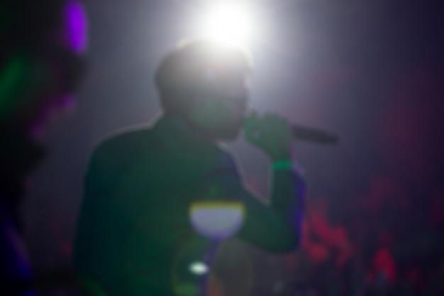 Disfocus de la chanteuse chanter une chanson en concert