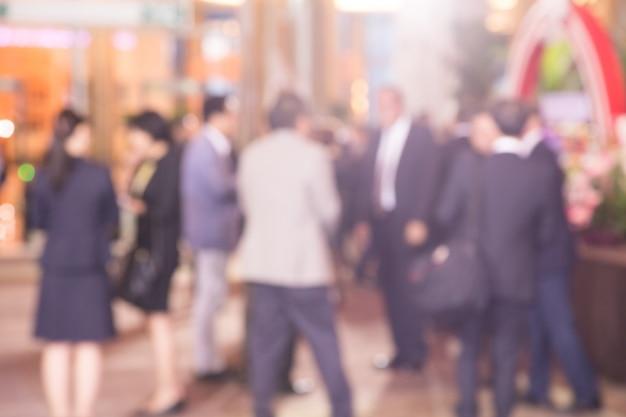 Disfocus d'un groupe de personnes parlant de projet d'entreprise