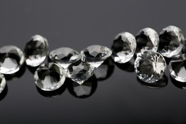 Dispersion de diamants étoiles blanches sur fond noir