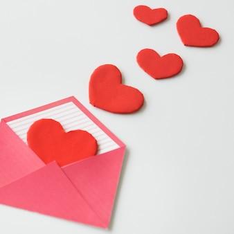 Dispersion d'enveloppe de lettre d'amour de coeur