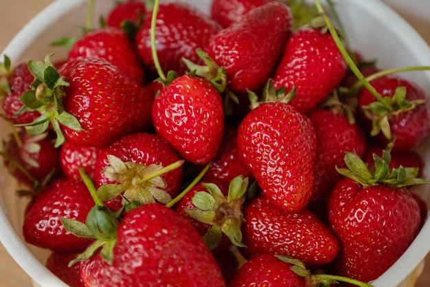 Dispersion de fraises rouges mûres gros plan fond de nourriture d'été
