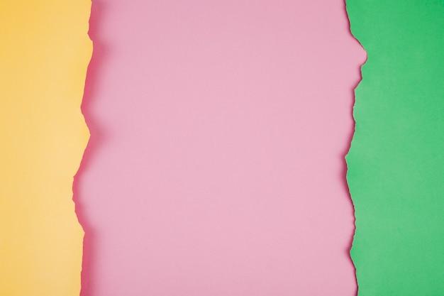 Disposer de papiers déchirés colorés