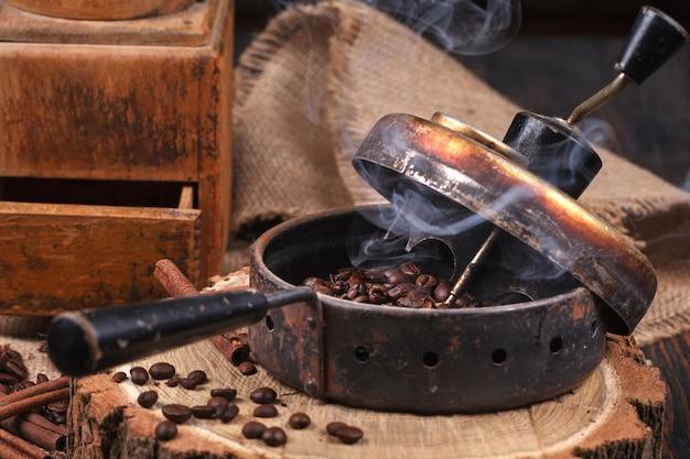 Le dispositif pour la torréfaction des grains de café, un vieux moulin à main.