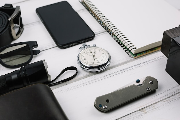 Dispositifs masculins près des accessoires