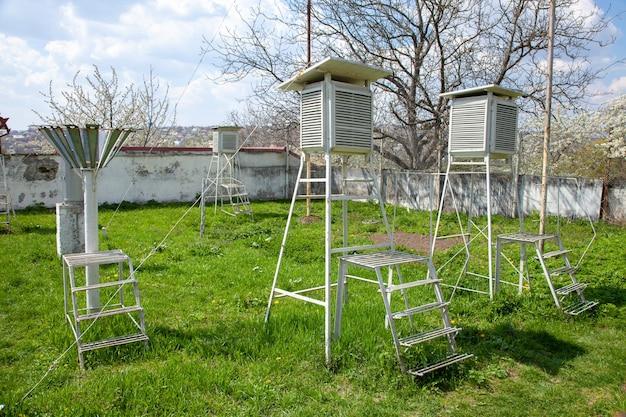 Dispositifs de la station météorologique sur le fond de ciel bleu
