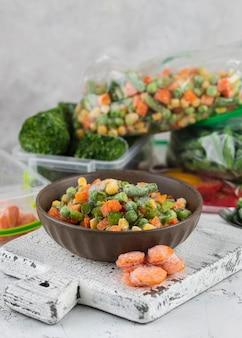 Disposition des aliments surgelés sur la table