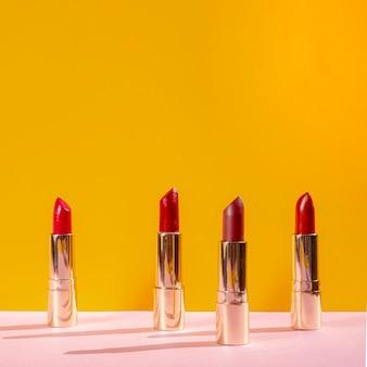 Disposition avant de différents rouges à lèvres
