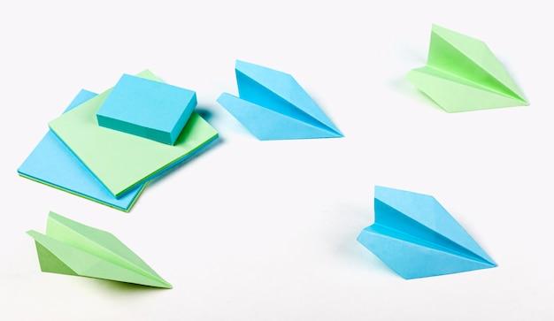Disposition des avions en papier à angle élevé